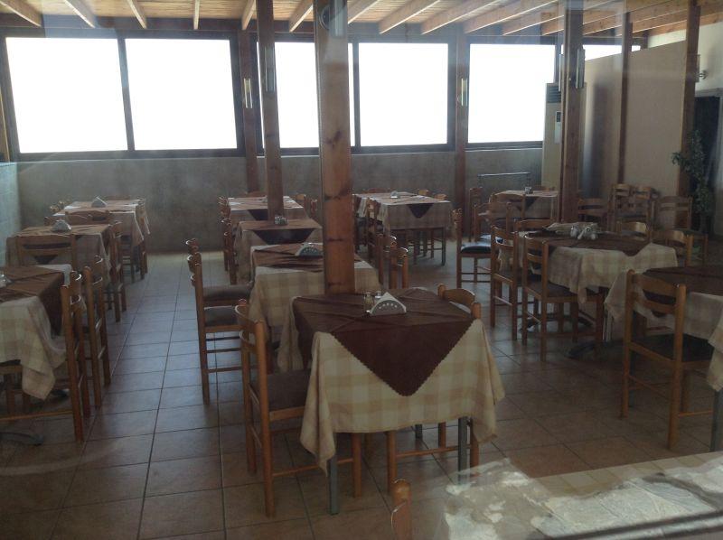 ristorante abbandonato coi tavoli apparecchiati